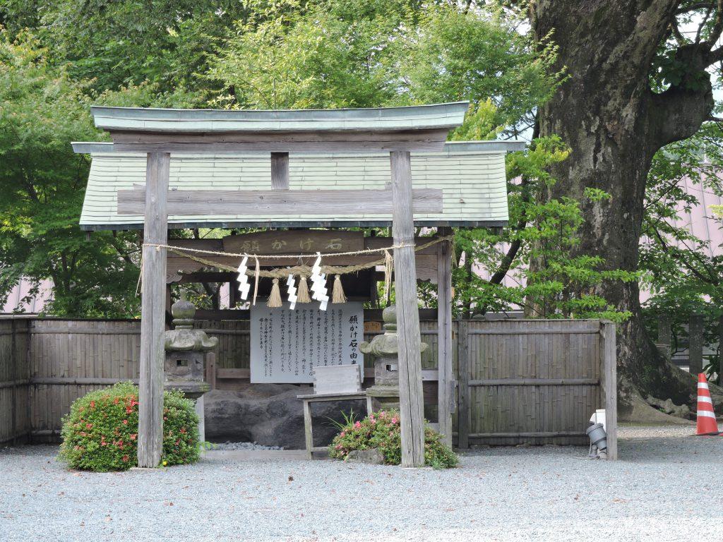 阿蘇神社(阿蘇市)願掛け石
